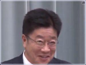 加藤官房長官の会見の笑顔