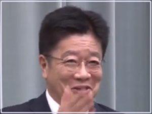 加藤官房長官の会見での笑顔
